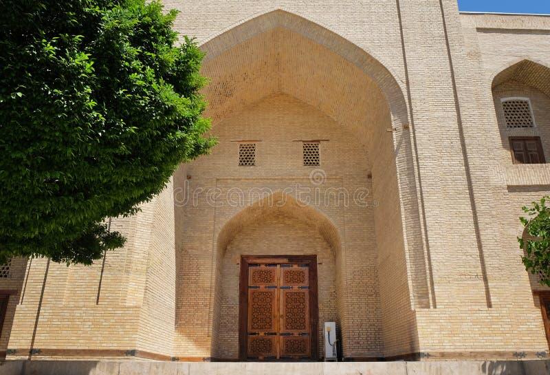 Piękny łękowaty wejście w PAMIĄTKOWYM kompleksie KHOJA BAHAUDDIN NAKSHBAND, Bukhara, Uzbekistan fotografia stock