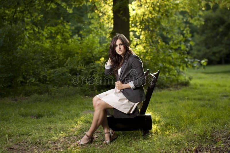 piękny ławki parka obsiadanie nastoletni fotografia stock