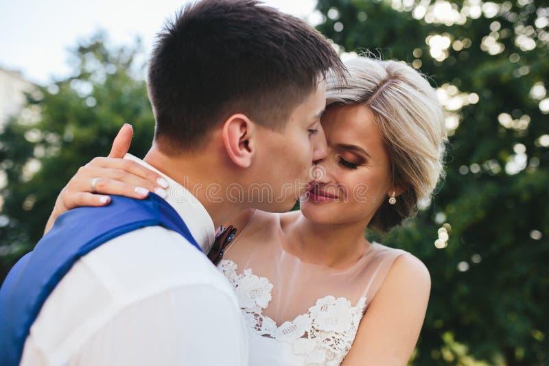 Piękny ślub pary przytulenie w parku obraz royalty free