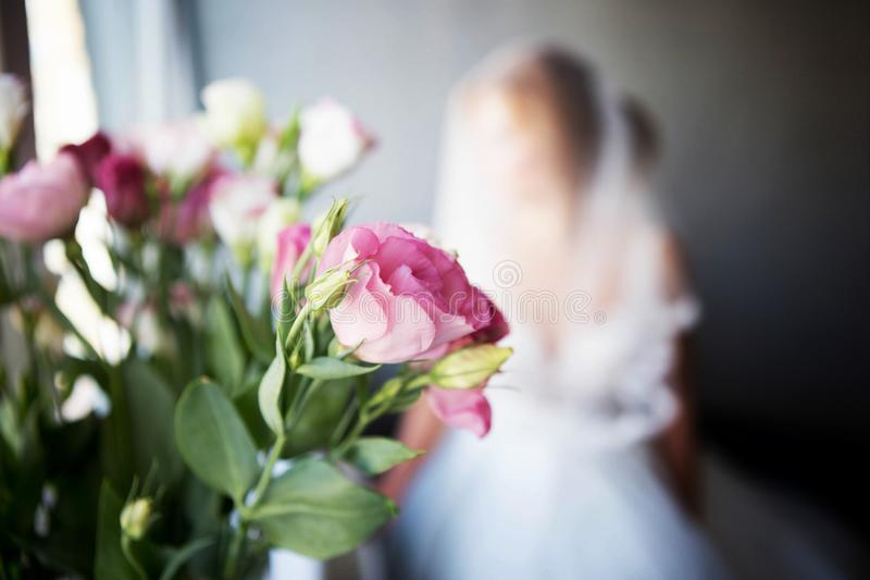 Piękny ślubny bukiet dla panny młodej panna młoda siedzi przy okno z przesłaniającą przesłoną zdjęcie stock