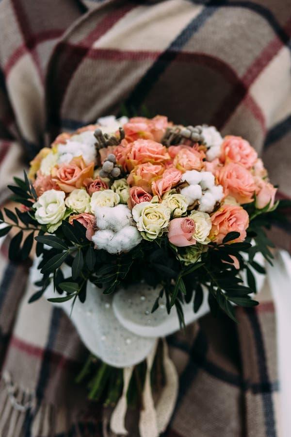 Piękny ślubny bukiet w rękach panna młoda w zimie fotografia stock