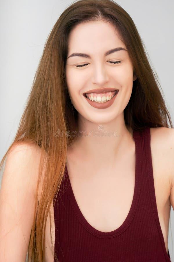 Piękny śmiech blisko pięknego dziewczyny zakończenia portreta obrazy royalty free
