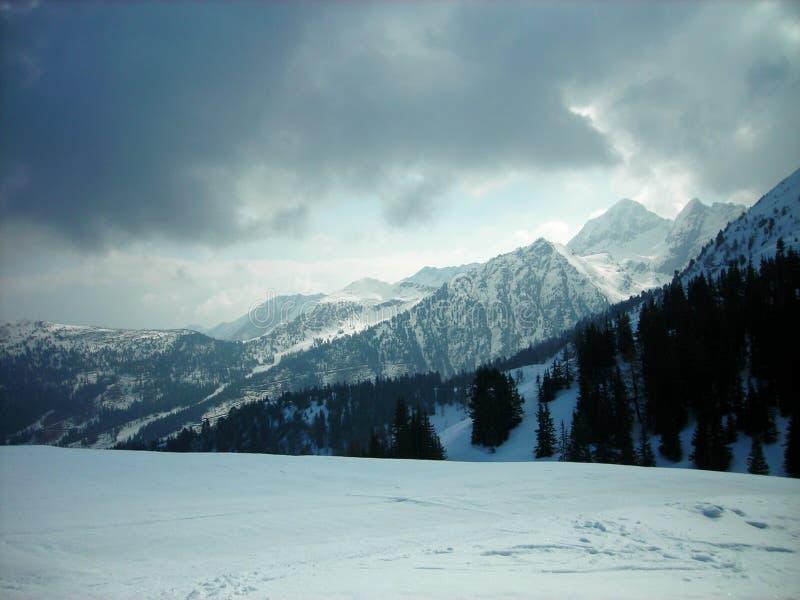 Piękny śnieżny zima krajobraz w halnym ośrodku narciarskim, panoramiczny widok fotografia stock