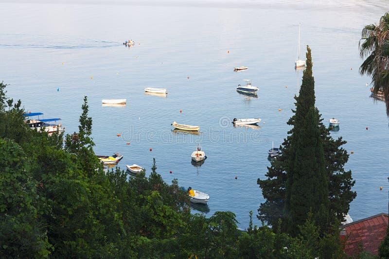 Piękny śródziemnomorski krajobraz, łodzie zbliża miasteczko zdjęcia stock