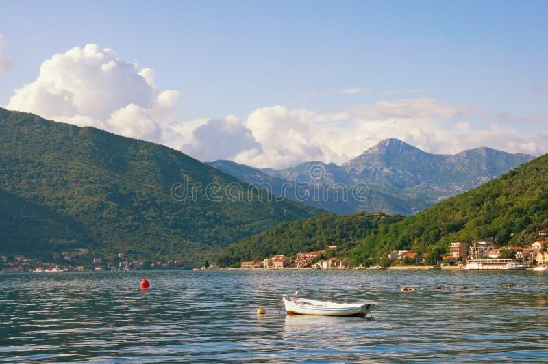 Piękny Śródziemnomorski krajobraz góry, morze i łódź rybacka na wodzie na pogodnym letnim dniu -, Montenegro, Kotor zatoka zdjęcie stock