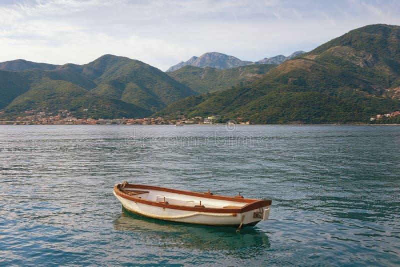 Piękny Śródziemnomorski krajobraz góry, morze i jeden łódź rybacka na wodzie -, Montenegro, zatoka Kotor obraz stock