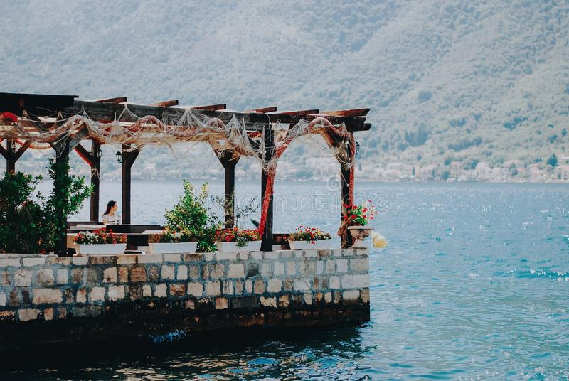 Piękny śródziemnomorski krajobraz - grodzki Perast, Kotor zatoka zdjęcia stock