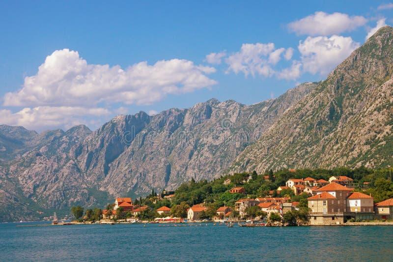 Piękny Śródziemnomorski krajobraz na pogodnym letnim dniu Montenegro, zatoka Kotor obrazy royalty free