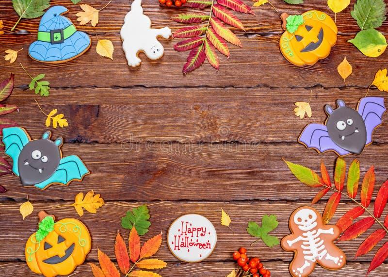 Piękny świąteczny tło dla Halloween z miodownikiem, jesień liśćmi, jagodami i cukierkiem na drewnianym stole, wolna przestrzeń obrazy stock