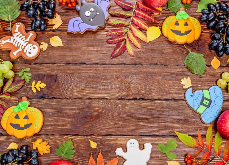 Piękny świąteczny tło dla Halloween z miodownikiem, jesień liśćmi, jagodami i cukierkiem na drewnianym stole, wolna przestrzeń zdjęcia stock