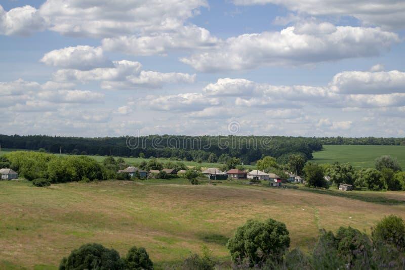 Piękny, świeży ranek w średniowiecznej górskiej wiosce z kościół w środku obok łąki, Uprawiać ziemię w wsi pośrodku zdjęcia royalty free