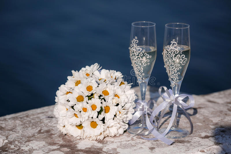 Piękny świeżych kwiatów bukiet i dwa szkła szampan zdjęcia royalty free