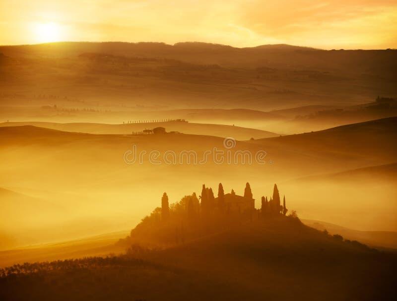 Piękny świt na mgłowych wzgórzach zdjęcia stock