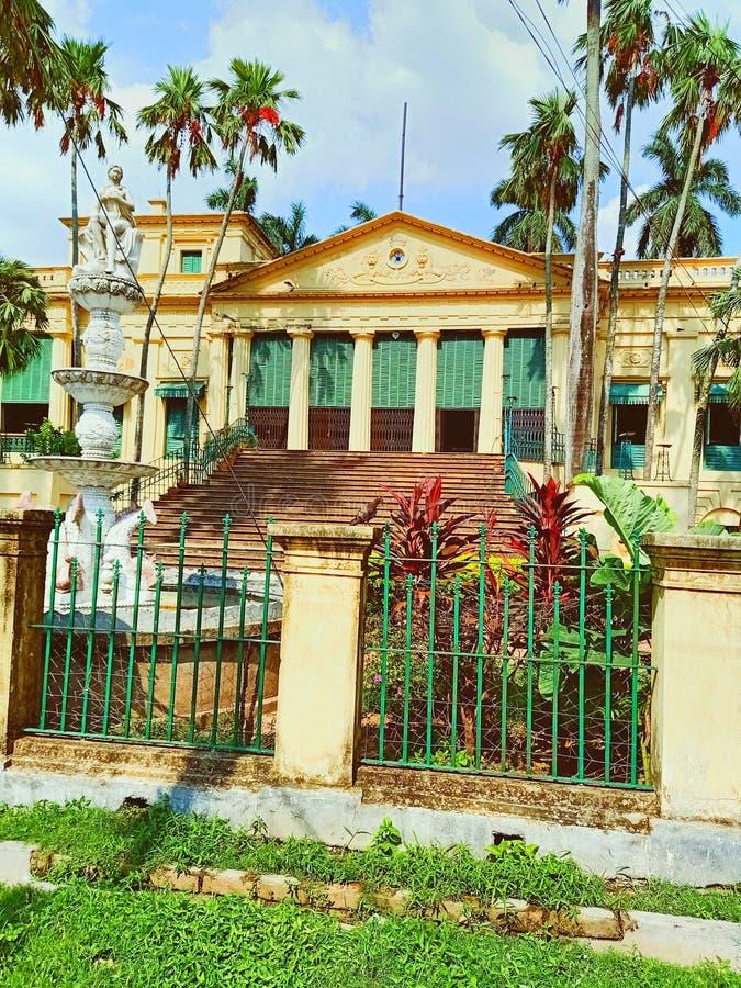 Piękny żółty colour dom z niektóre kokosowymi drzewami zdjęcie royalty free