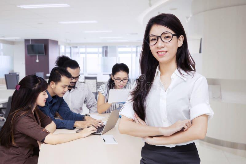 Piękny żeński lider z pracownikami w biurze obrazy royalty free
