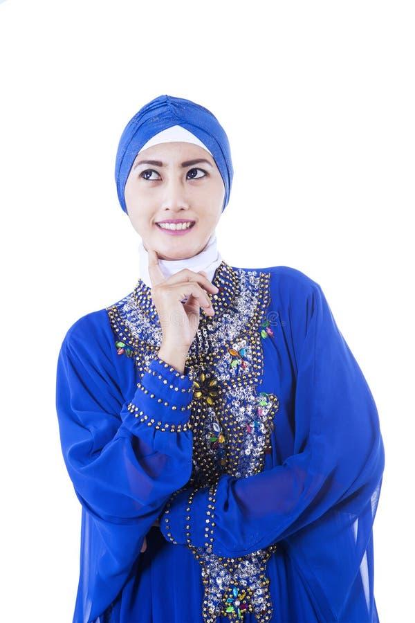 Piękny żeński muzułmański w błękit sukni - odosobnionej zdjęcia royalty free