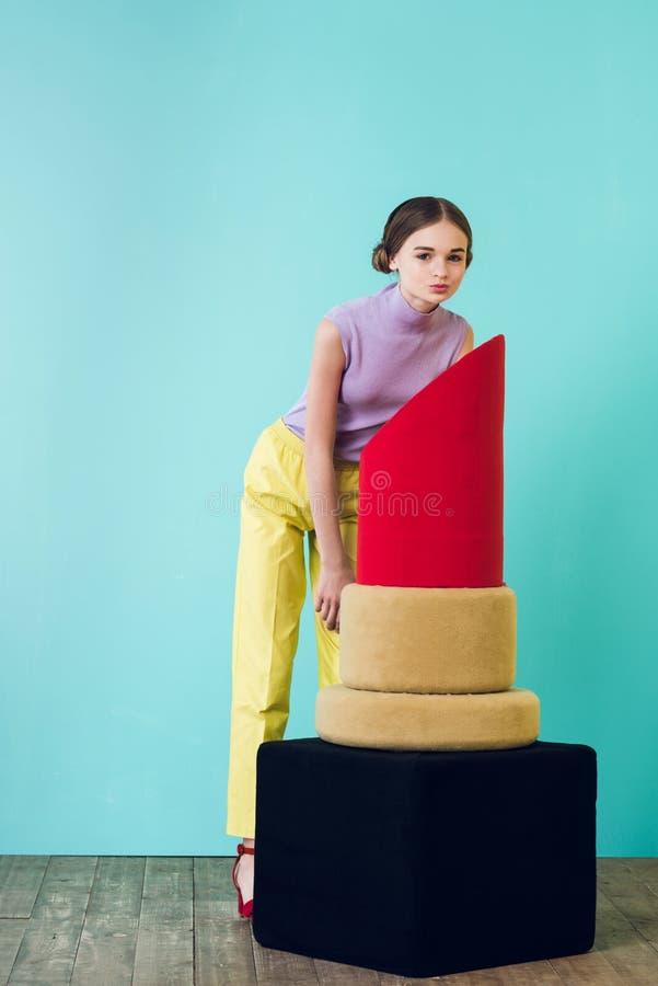 piękny żeński nastolatek pozuje z dużą czerwienią zdjęcia stock