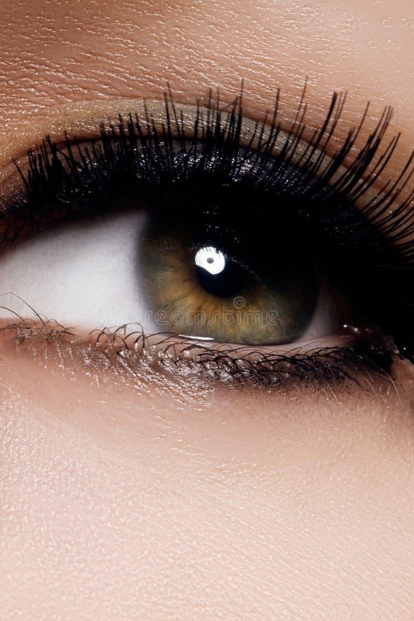 Piękny żeński oko z ekstremum długimi rzęsami, czarny liniowa makeup Perfect makijaż, tęsk baty Zbliżenie mody oczy zdjęcie stock