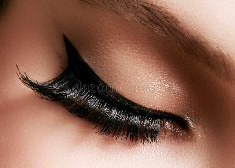 Piękny żeński oko z ekstremum długimi rzęsami, czarny liniowa makeup Perfect makijaż, tęsk baty Zbliżenie mody oczy zdjęcie royalty free