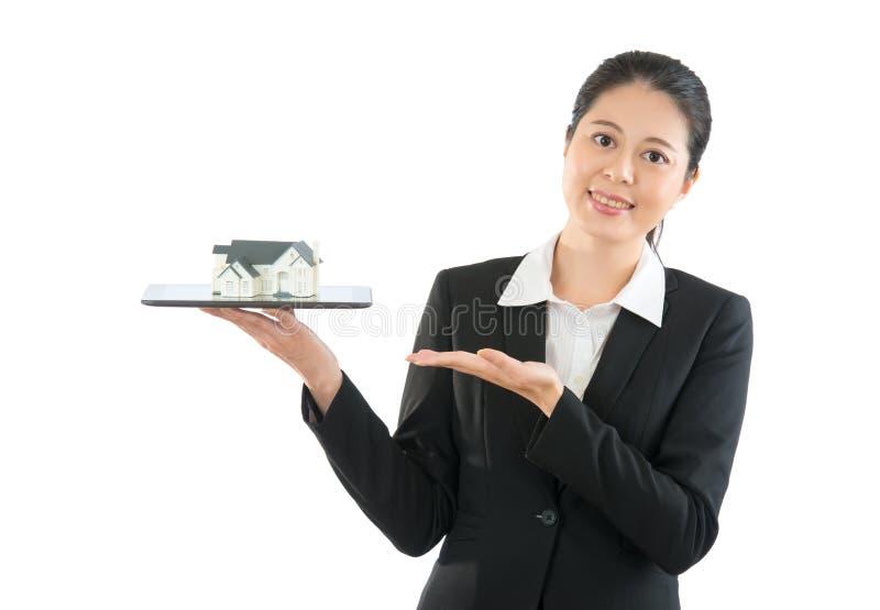 Piękny żeński prawnik przedstawia domową informację zdjęcie royalty free