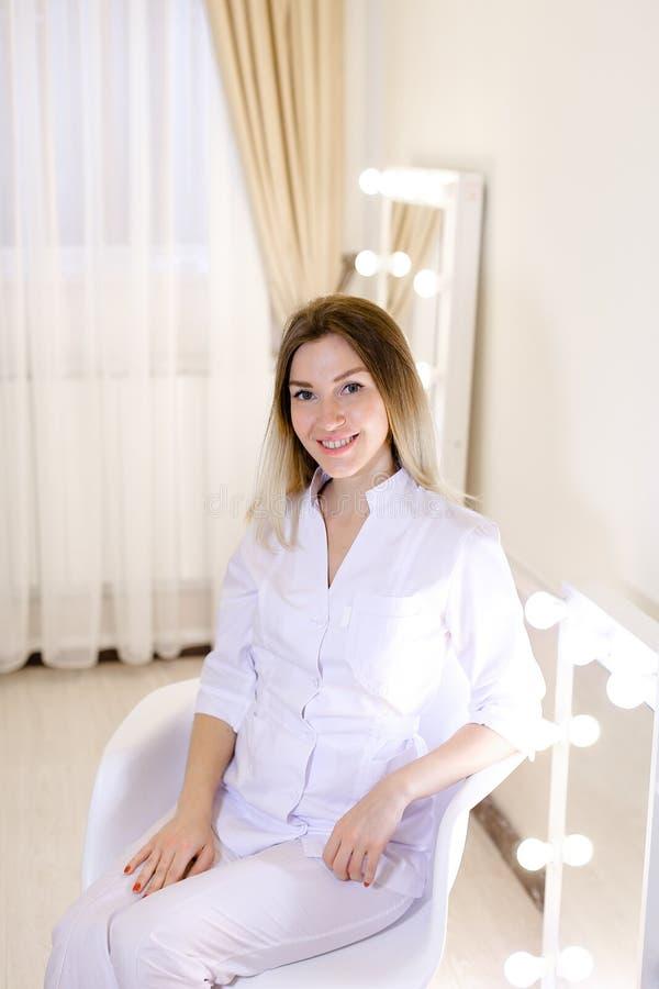 Piękny żeński rodzinnej lekarki obsiadanie przy gabinetem zdjęcie royalty free