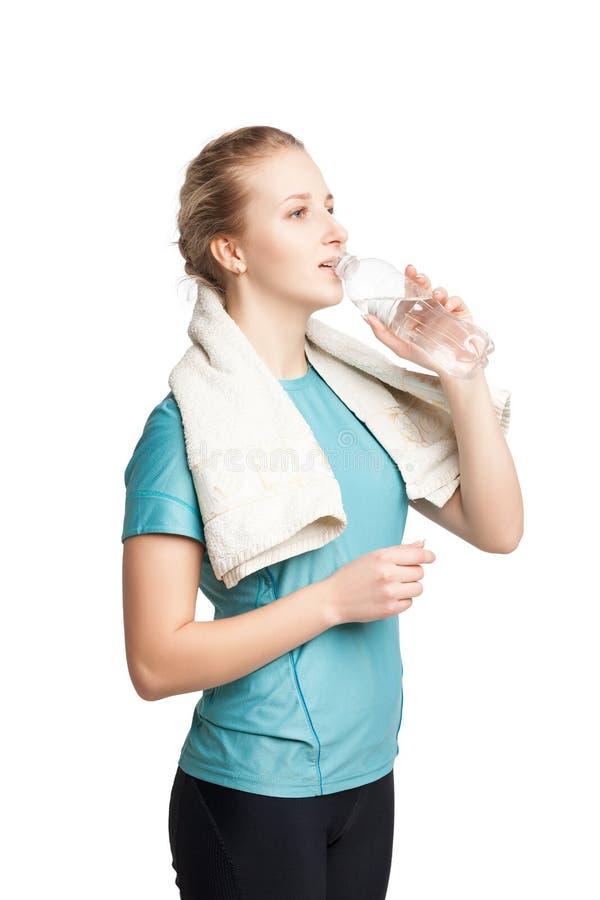 Piękny żeński sprawność fizyczna model trzyma butelkę woda, jest ubranym ręcznika obraz royalty free