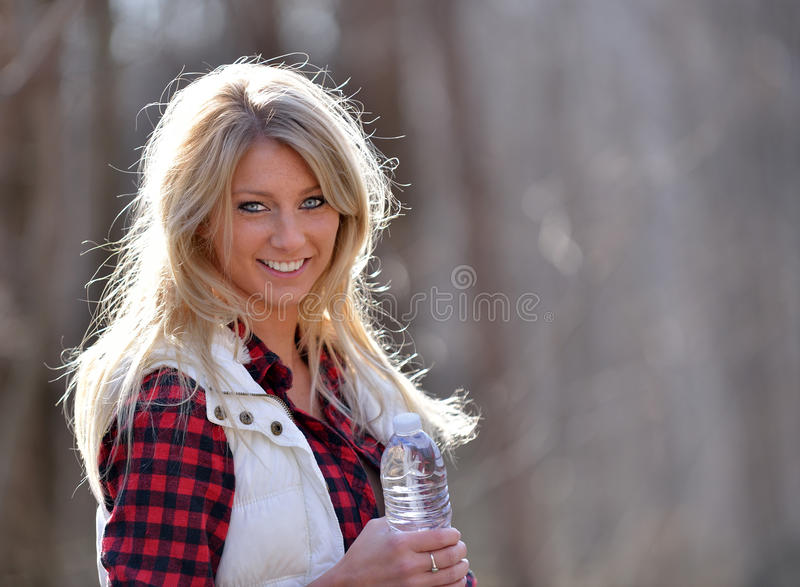 Piękny żeński wycieczkowicz - brać napój woda fotografia royalty free