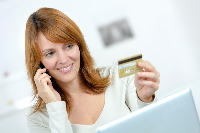 Piękny żeński zakupy online i płaci z kredytową kartą obraz royalty free