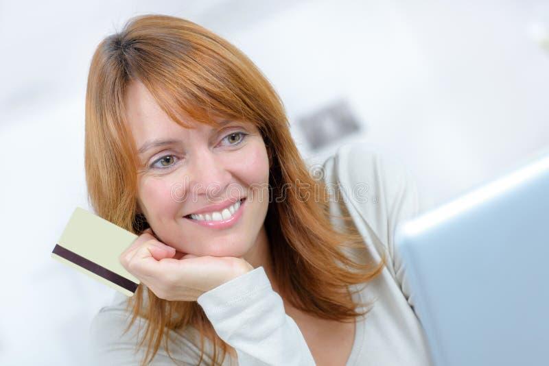 Piękny żeński zakupy online i płaci z kredytową kartą zdjęcie stock