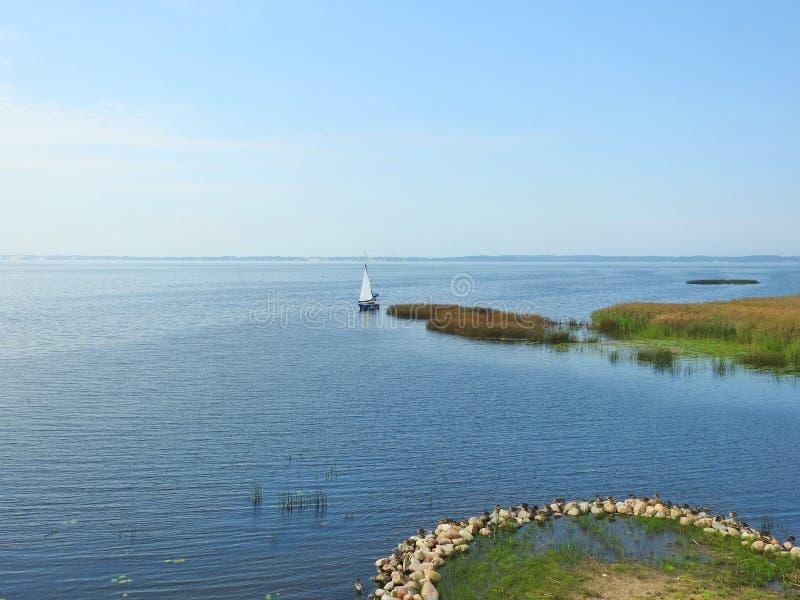 Piękny żeglowanie statek w Curonian mierzei, Lithuania zdjęcie stock