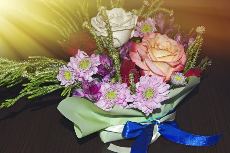 Piękny żywy bukiet mieszani kwiaty fotografia royalty free