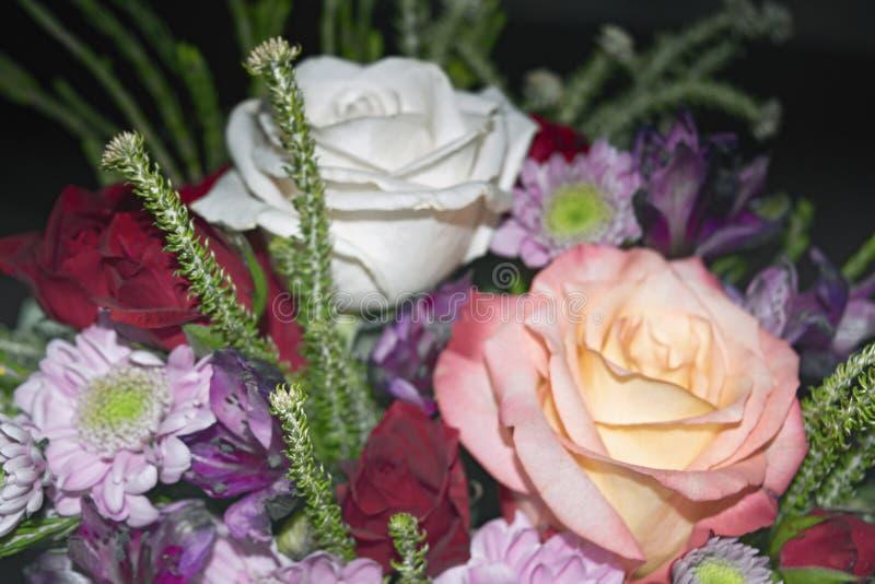 Piękny żywy bukiet mieszani kwiaty zdjęcia royalty free