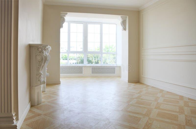 Piękny żywy pokój w bielu tonuje z grabą obraz stock