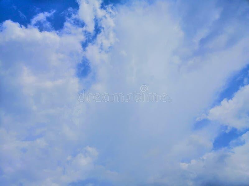 Piękny abstrakcjonistyczny niebieskie niebo i krajobrazowy tło tapeta i zdjęcia stock