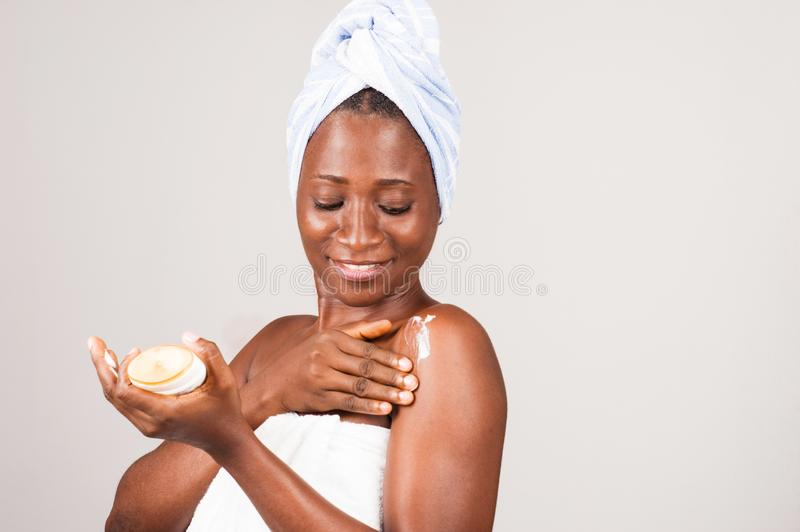 Piękny afrykański kobiety kładzenie na maści zdjęcie stock