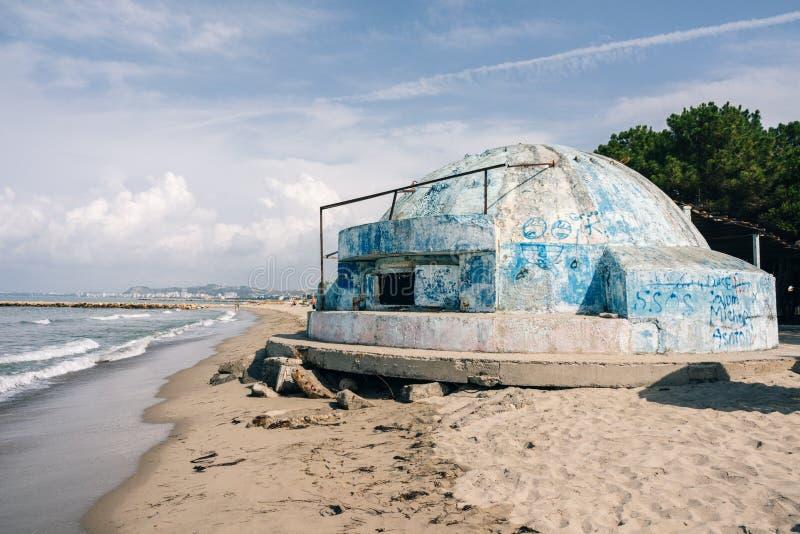 Piękny albanian wybrzeże z bunkierami na plaży, Albania fotografia stock