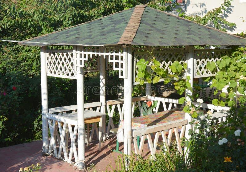 Piękny alkierz, drewniana altana, pawilon, altanka, lato dom, ogródu dom zdjęcia royalty free