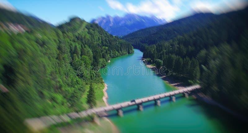 Piękny alpin jezioro, widok z lotu ptaka skrzyżowanie mosta w lecie s obraz royalty free