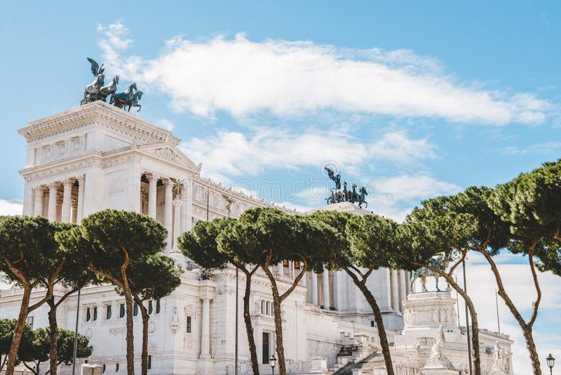 piękny Altare della Patria z drzewami na przedpolu, (ołtarz Fatherland) zdjęcie royalty free