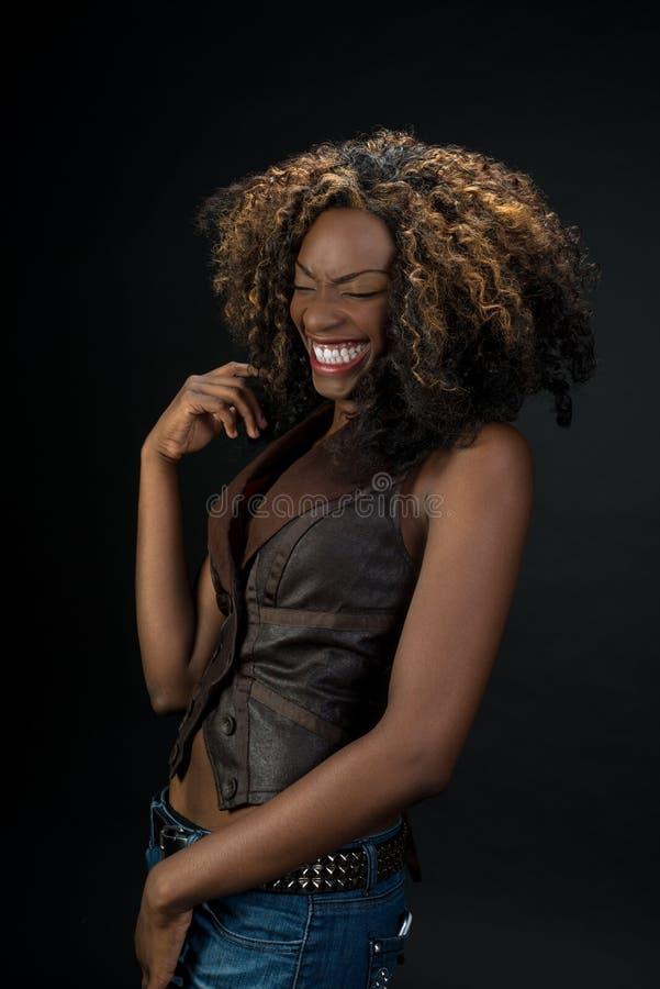 Piękny amerykanin afrykańskiego pochodzenia kobiety śmiać się zdjęcie stock