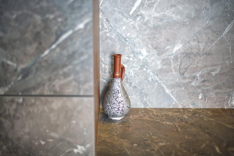 Piękny antykwarski dzbanek, wazy stojaki w kącie pokój na wykłada marmurem stół zdjęcie royalty free