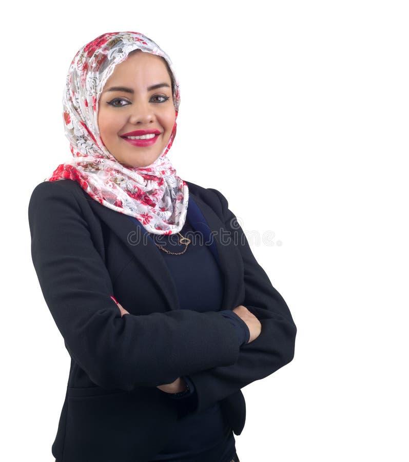 Piękny Arabski model w hijab pozuje i odizolowywającym na bielu zdjęcie royalty free