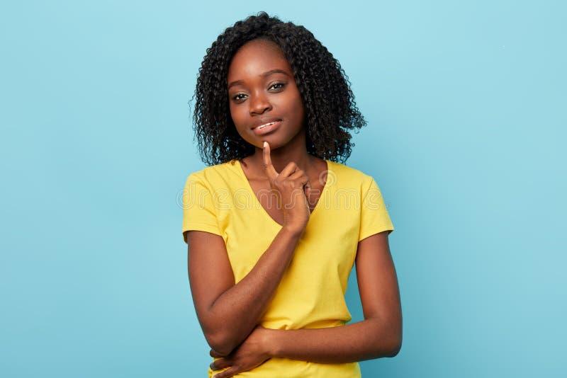Piękny atrakcyjny dziewczyny mienia palec wskazujący na podbródku fotografia royalty free