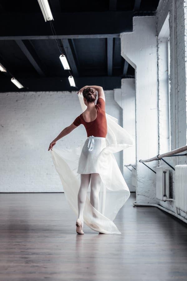 Piękny atrakcyjny tancerz trzyma kawałek płótno zdjęcie royalty free