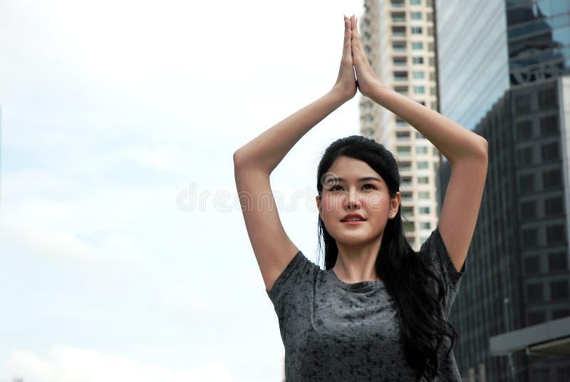 Piękny Azja kobiety Yoka sport plenerowy w mieście fotografia stock