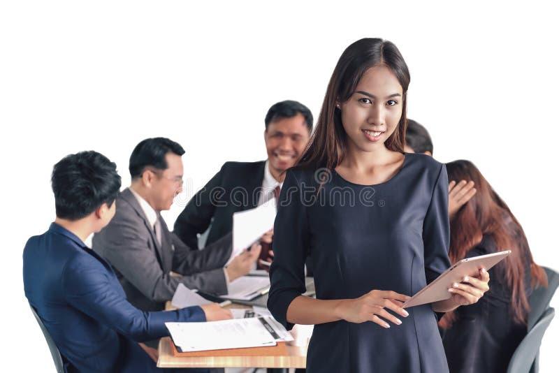 Piękny Azjatycki bizneswoman ono uśmiecha się z zaufaniem trzyma a zdjęcia stock