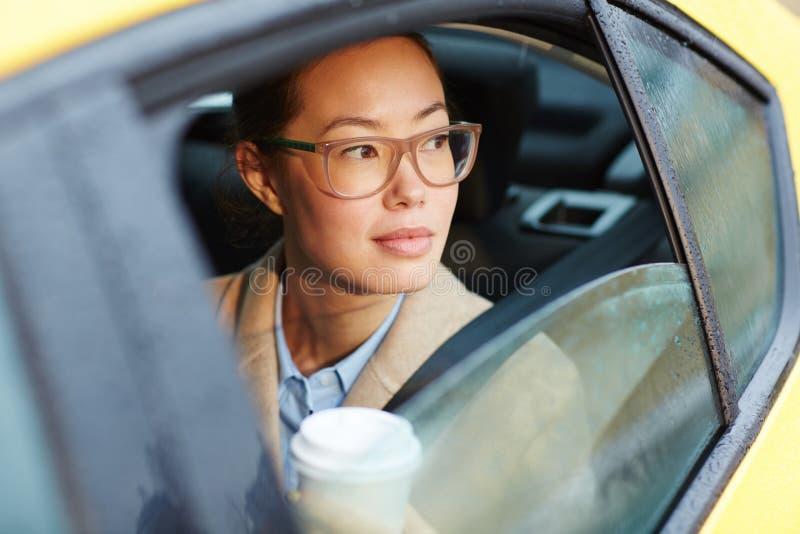 Piękny Azjatycki bizneswoman W taxi fotografia stock