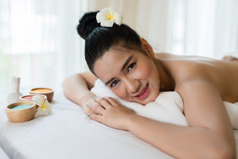 Piękny Azjatycki dziewczyna uśmiech relaksuje w zdroju zdjęcia stock