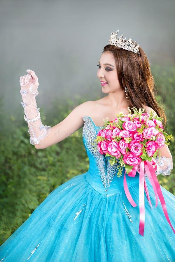 Piękny Azjatycki kobieta kwiatu bukiet na ręce z tradycyjnym dr zdjęcie royalty free
