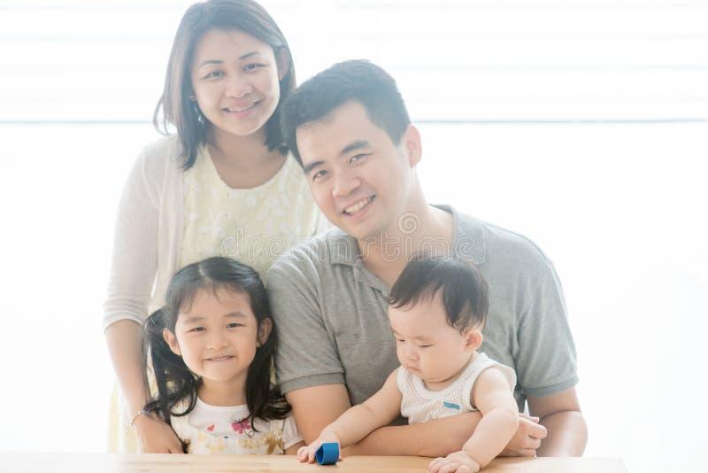 Piękny Azjatycki rodzinny portret obraz stock